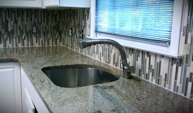 Vertical glass backsplash